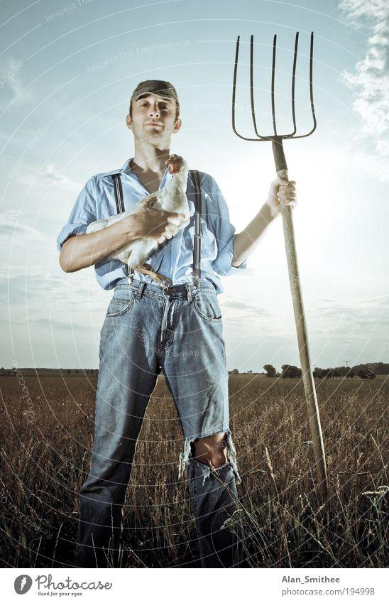 Bauer sucht.. Arbeit & Erwerbstätigkeit Beruf Forke Mensch Junger Mann Jugendliche 1 18-30 Jahre Erwachsene Sonne Feld Arbeitsbekleidung Hemd Hose Jeanshose