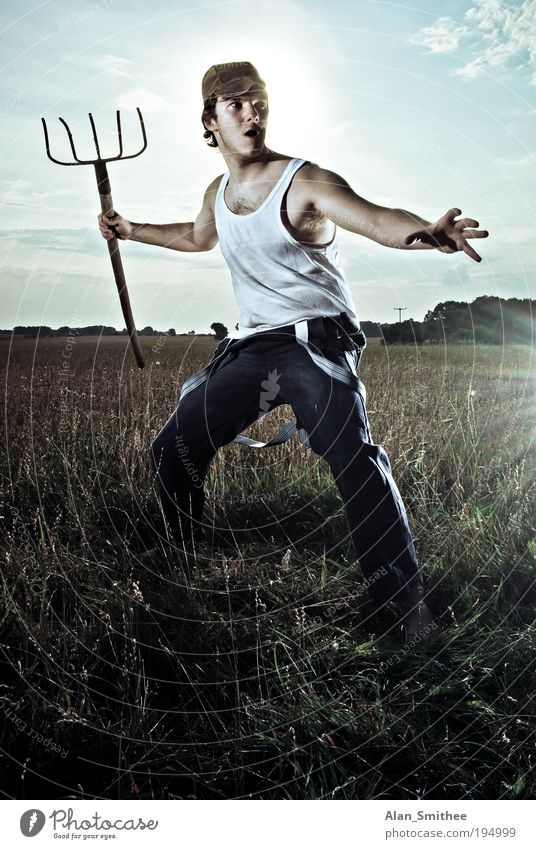 Action Farmer Mensch Jugendliche Erwachsene Feld dreckig verrückt maskulin Coolness stehen Beruf retro Mann Gegenlicht Wut Mütze Landwirt