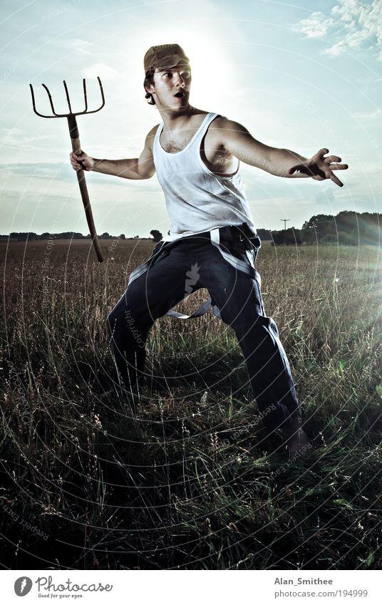 Action Farmer Mensch maskulin Junger Mann Jugendliche 18-30 Jahre Erwachsene Feld Unterwäsche Mütze Blick stehen Aggression Coolness dreckig rebellisch retro