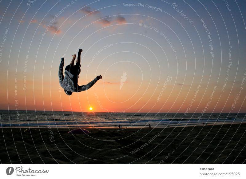 sommer in sicht Mensch Jugendliche Sonne Meer Sommer Freude Strand Ferien & Urlaub & Reisen Sport springen Bewegung Freiheit Wellen Küste Erwachsene maskulin