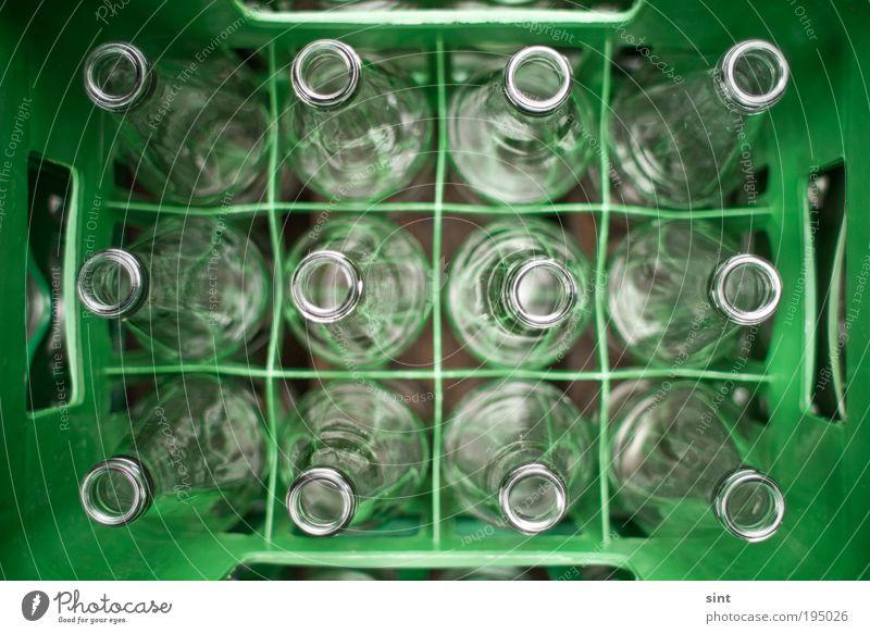 pfandfindertreffen grün glänzend Glas rund nah Sauberkeit Kunststoff Flasche Kasten Sammlung Umweltschutz nachhaltig Genauigkeit gleich Verpackung Perspektive