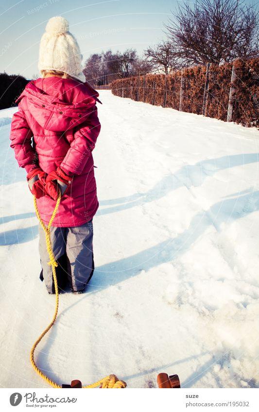 Schneestopper Mensch Kind rot Mädchen Winter Freude kalt Spielen Wege & Pfade Beine Kindheit Schuhe Rücken Freizeit & Hobby wandern
