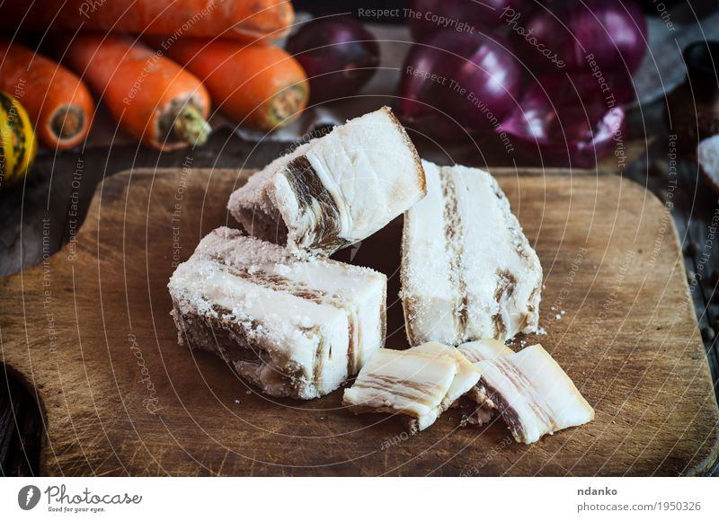 Beizen in Salz und Gewürzen frischer Schweinespeck Lebensmittel Gemüse Kräuter & Gewürze Tisch lecker natürlich braun grau rot Speck Schweinefleisch Fett