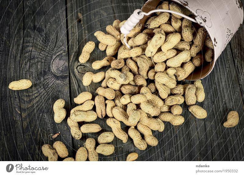 Verschütten aus Weißmetall Eimer Erdnüsse in der Schale Lebensmittel Gemüse Frühstück Diät Schalen & Schüsseln Tisch Holz Metall hell oben gelb grau weiß