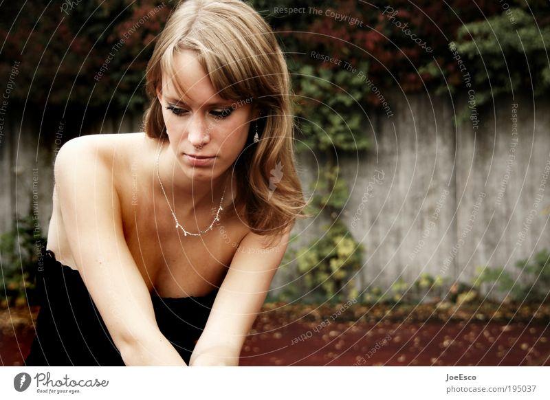 #195037 Frau schön Gesicht ruhig Leben Erholung Wand Stil Haare & Frisuren träumen Kopf Traurigkeit Mauer warten Mode blond