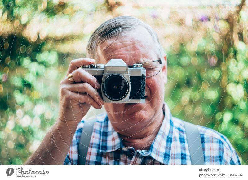 älterer Hippie-Mann mit einer alten Weinlesekamera Mensch Freude Erwachsene Lifestyle Stil Glück Kunst Abenteuer Vater Künstler