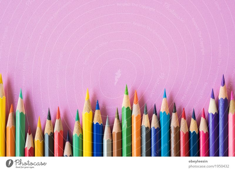 Buntstifte auf einem rosa Hintergrund Leben Lifestyle Stil Kunst Design Künstler