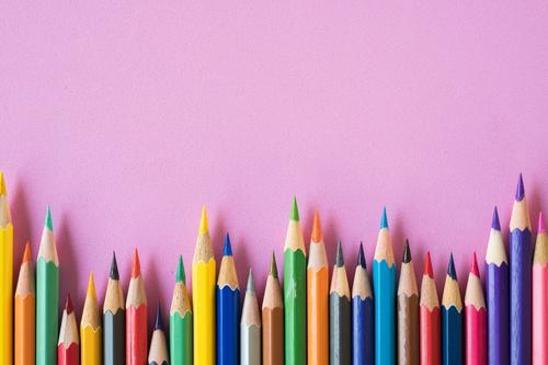Buntstifte auf einem rosa Hintergrund Lifestyle Stil Design Kunst Künstler Leben Farbfoto mehrfarbig Studioaufnahme Nahaufnahme Detailaufnahme Makroaufnahme