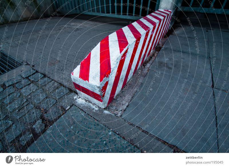 Rot/Weiss Poller rot weiß Einfahrt Grenze Schilder & Markierungen Fahrbahn Fahrbahnmarkierung Bürgersteig stolpern Farbe Farbstoff frisch streichen gestrichen
