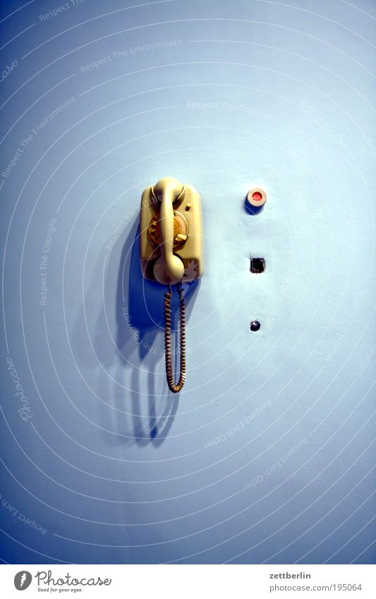 Telefon Wand Kommunizieren Technik & Technologie Telekommunikation Telefon Gerät hängen Technikfotografie Schalter Telefonhörer besetzen Licht Steuerelemente Kernschatten