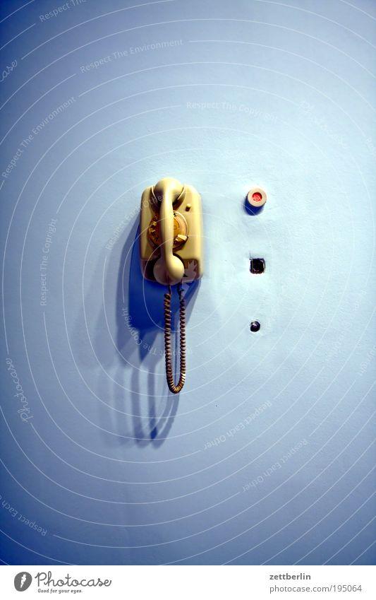 Telefon Wand Kommunizieren Technik & Technologie Telekommunikation Gerät hängen Technikfotografie Schalter Telefonhörer besetzen Licht Steuerelemente