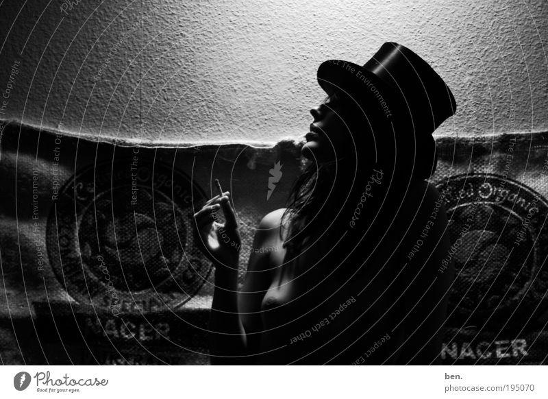 Rock n Roll Suicide Mensch Frau Jugendliche Erwachsene feminin Leben nackt elegant Junge Frau 18-30 Jahre Lifestyle Rauchen Hut Café Zigarette exotisch
