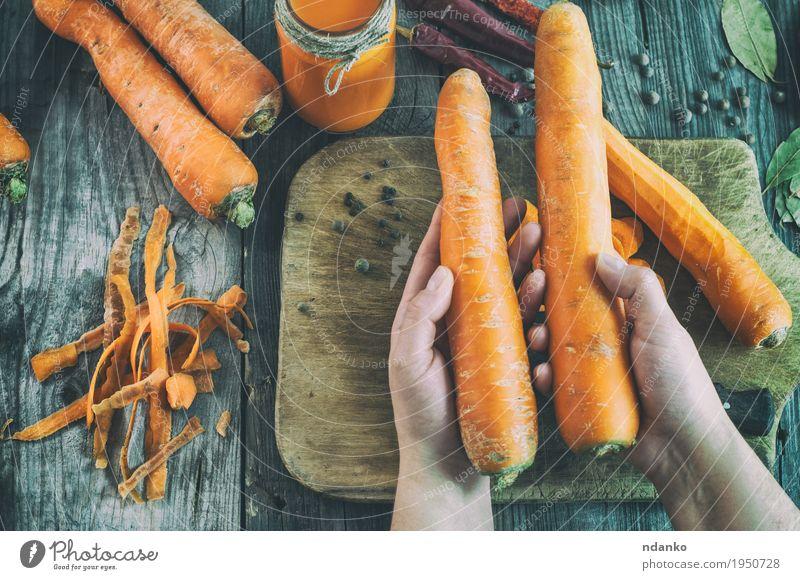 Mensch Frau Natur Jugendliche alt Hand 18-30 Jahre Erwachsene Essen Holz Gesundheitswesen grau oben orange Ernährung Körper