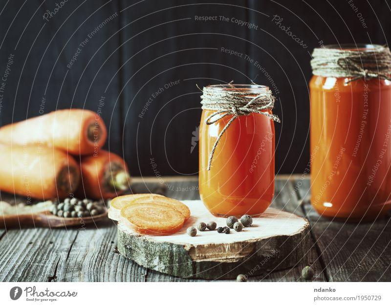 Zwei Glasgläser mit frischem Karottensaft schwarz Essen natürlich Holz Gesundheitswesen oben orange hell Tisch Kräuter & Gewürze Getränk Küche lecker Gemüse
