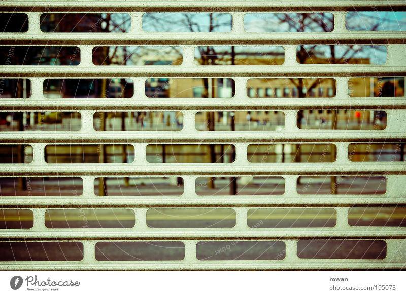 sperrsicht Haus Bauwerk Gebäude Architektur Mauer Wand Fassade Fenster Tür Sicherheit Versicherung Gitter Zaun Barriere gefangen Zensur Einbruch Einbruchsicher