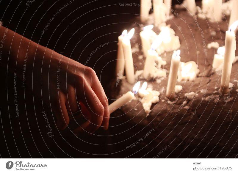 Hand Jugendliche schön kalt Stein Traurigkeit Erwachsene Hoffnung Kerze Ende Kultur Wunsch genießen Ring Nacht 18-30 Jahre