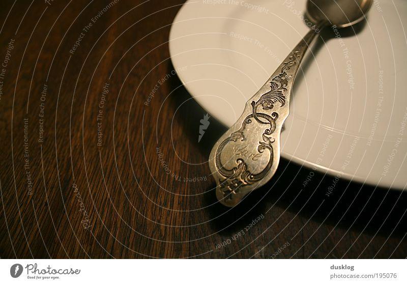 Carl Mittagessen Abendessen Geschirr Teller Besteck Löffel Holz dunkel leer Metall weiß braun Gravur Erbe Name Besitz Persönlich Farbfoto Innenaufnahme