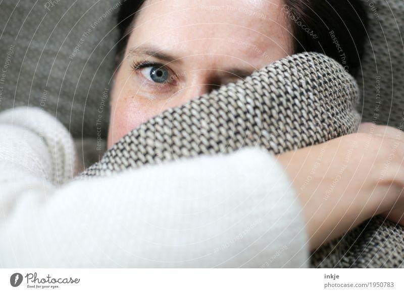 Augenbling Lifestyle Freizeit & Hobby Häusliches Leben Sofa Frau Erwachsene Gesicht 1 Mensch 30-45 Jahre 45-60 Jahre Kissen liegen Blick kuschlig Gefühle