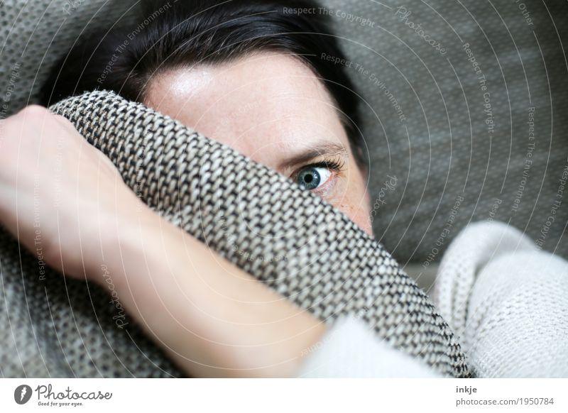 Blick Lifestyle Häusliches Leben Sofa Frau Erwachsene Gesicht Auge 1 Mensch 30-45 Jahre 45-60 Jahre Kissen beobachten Gefühle Stimmung Scham Reue Hemmung Angst