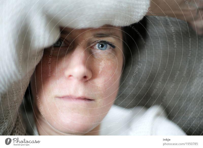 Langeweile Lifestyle Frau Erwachsene Leben Gesicht Auge Arme 1 Mensch 30-45 Jahre 45-60 Jahre liegen Blick Gefühle Stimmung Müdigkeit Erschöpfung Reue Erholung