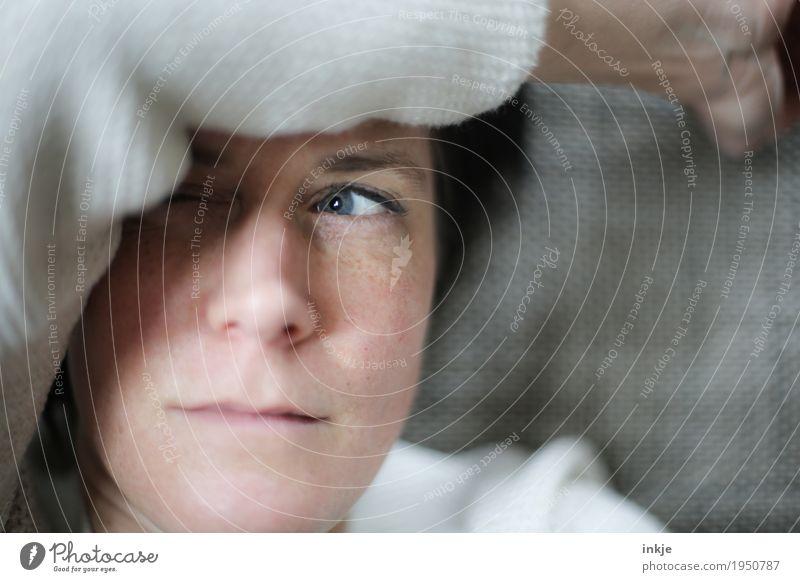grübeln Lifestyle Frau Erwachsene Leben Gesicht Auge Arme 1 Mensch 30-45 Jahre 45-60 Jahre beobachten Denken liegen Blick Gefühle Stimmung Schutz Wachsamkeit