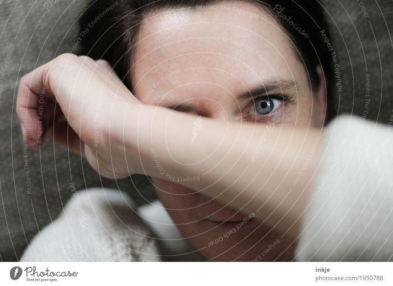 Nahaufnahme Frau mit Arm überm Gesicht Lifestyle Freizeit & Hobby Erwachsene Leben Auge Arme Hand 1 Mensch 30-45 Jahre 45-60 Jahre beobachten liegen Blick