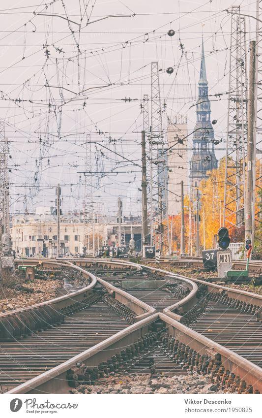 Bahnhof in Riga Ferien & Urlaub & Reisen Tourismus Ausflug Uhr Ostsee Gebäude Architektur Verkehr Eisenbahn Lokomotive Abflughalle beobachten Station Lettland
