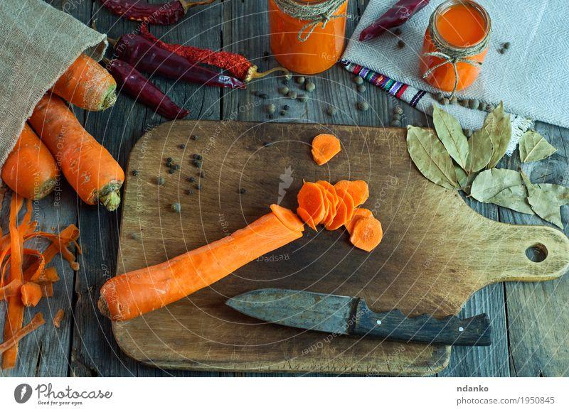 In runde Scheiben von großen frischen Karotten schneiden alt Herbst natürlich Gesundheit Holz Lebensmittel Gesundheitswesen grau oben orange Ernährung Tisch