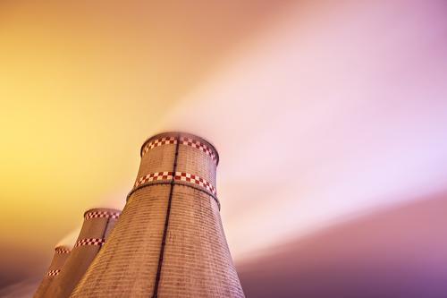 Kühltürme des Kraftwerks nachts Stadt Landschaft Winter dunkel Umwelt Gebäude Energiewirtschaft modern Technik & Technologie Industrie Fabrik Unwetter