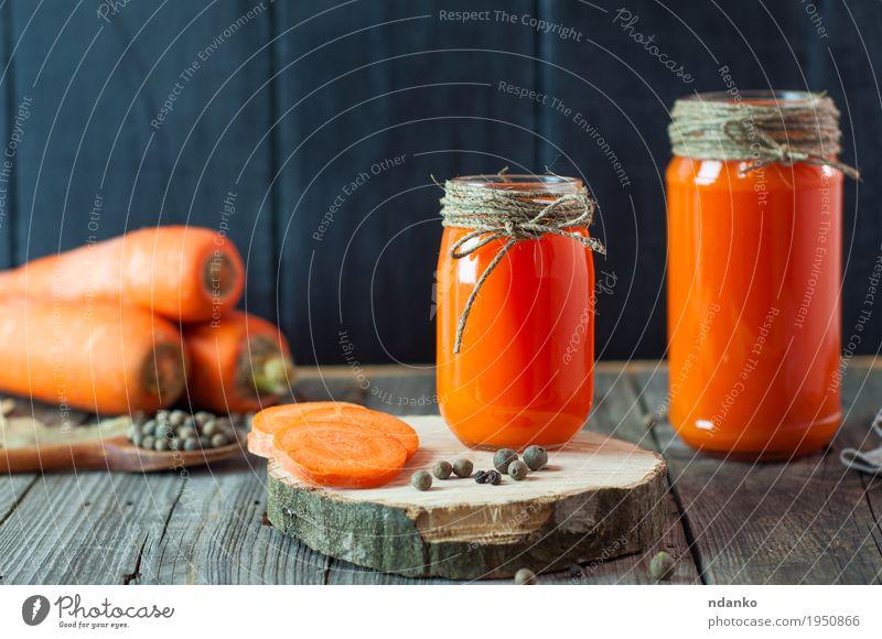 Zwei Glasgläser mit frischem Karottensaft Essen natürlich Gesundheit Holz Gesundheitswesen orange hell Tisch Kräuter & Gewürze Küche lecker Gemüse Frühstück