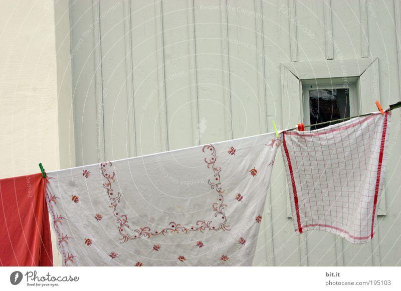 SCHWEDISCHE GARDINEN weiß Fenster Wand Holz Fassade Stoff Sauberkeit rein hängen Wäsche waschen Fensterscheibe kariert Wäsche trocknen wehen Haushalt