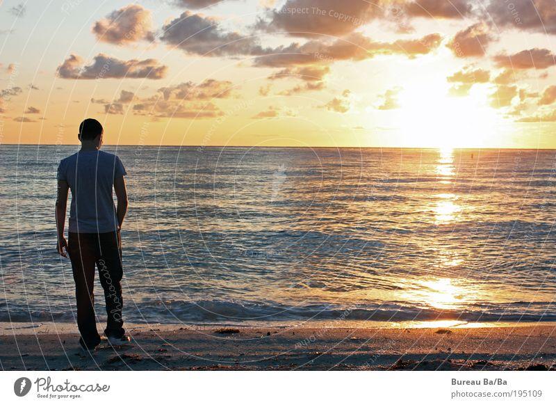 Blick gen Europa Mensch Mann Jugendliche Wasser Himmel Meer Wolken Glück Sand Zufriedenheit Stimmung Kraft orange Erwachsene maskulin USA