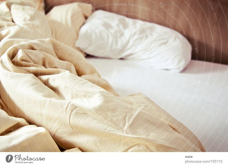 Nochmal, weils so schön war ... Bett Schlafzimmer kuschlig Trennung Kissen Bettwäsche Faltenwurf Bettlaken Tuch Hotel Decke Federbett Farbfoto Gedeckte Farben