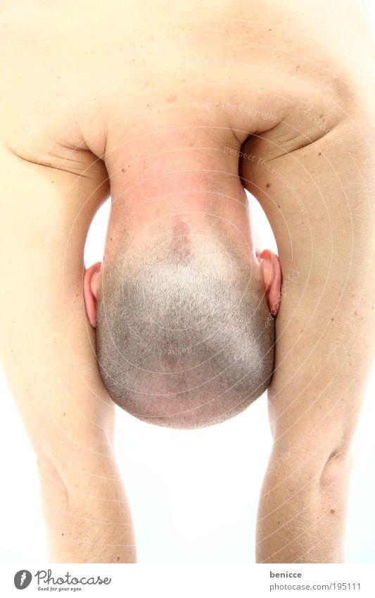 Meat Mensch Mann Kopf Haut Ohr verstecken Glatze Sport-Training Scham üben Vor hellem Hintergrund