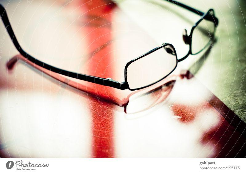 Gut für die Augen :-) alt grün rot schwarz Metall Glas elegant modern Tisch Brille einzigartig Stahl Stress Reflexion & Spiegelung Momentaufnahme Weisheit