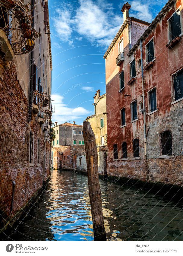 Kanal in Venedig Wasser Wolken Schönes Wetter Italien Europa Stadt Stadtzentrum Altstadt Haus Brücke Bauwerk Gebäude Architektur Mauer Wand Fassade