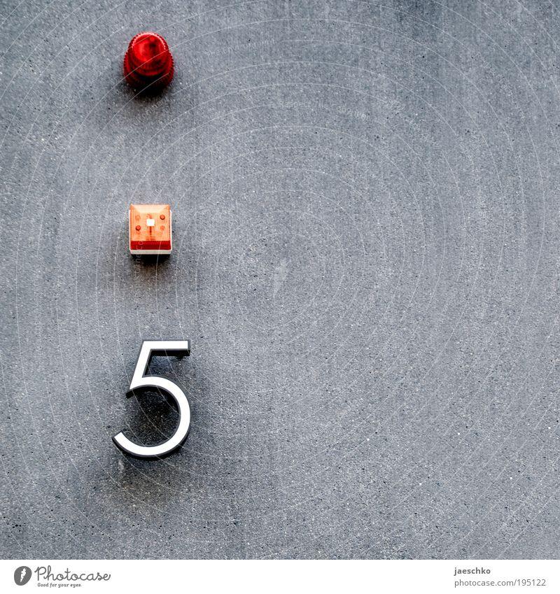 Achtung, fertig, Fünf! rot Haus gelb Wand grau Gebäude Mauer Fassade Schilder & Markierungen Beton Ziffern & Zahlen Hinweisschild Zeichen 5 Reichtum Eingang