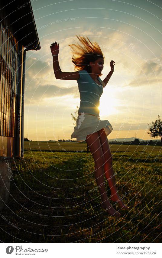 Sonnenkind Mensch Natur Jugendliche schön Sonne Sommer Freude Wiese feminin springen Spielen Frühling Haare & Frisuren Landschaft Erwachsene