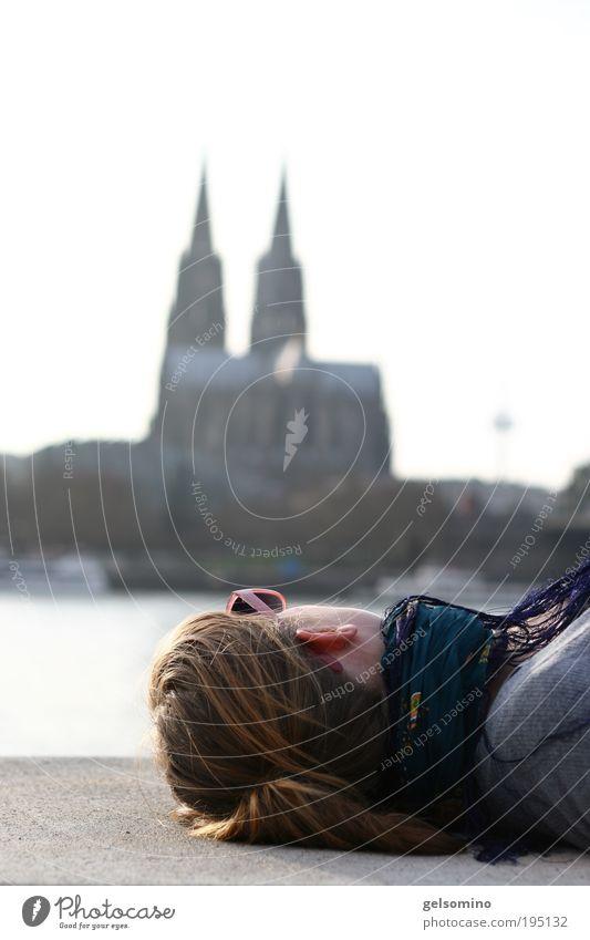 schäl sick Mensch Jugendliche Stadt ruhig feminin Köln Zufriedenheit liegen Junge Frau Schönes Wetter historisch brünett Dom Sonnenbrille langhaarig Zopf