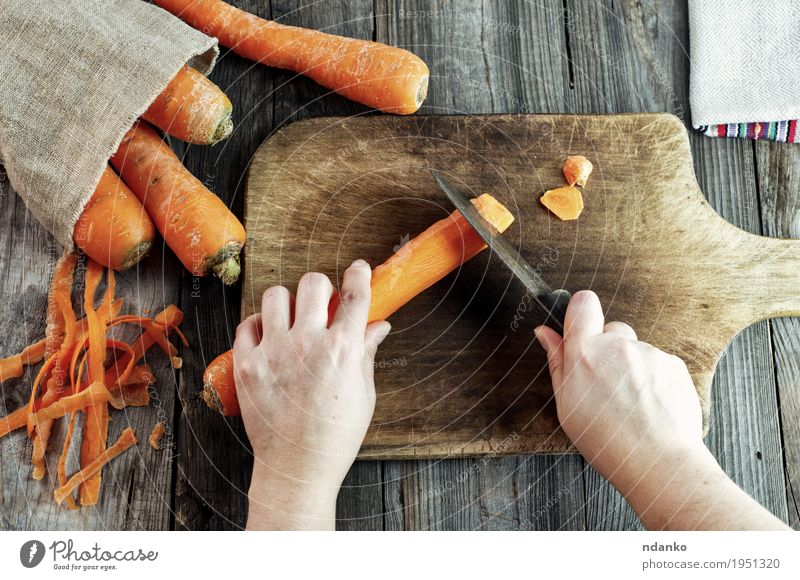 Prozess des Schneidens Scheiben Karotten auf einem Küchenbrett Mensch Frau Natur Jugendliche alt Gesunde Ernährung Hand 18-30 Jahre Speise Erwachsene Essen
