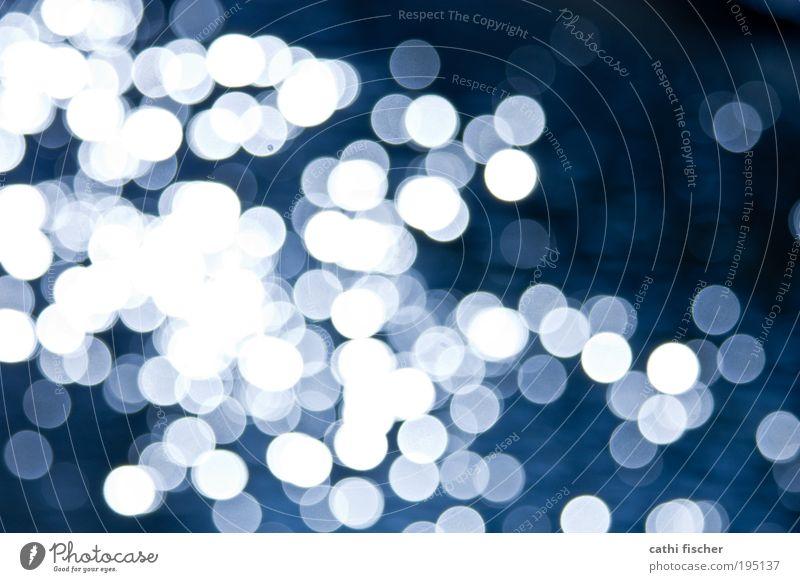 lichtspiel Tropfen blau weiß Zufriedenheit Wasser Punkt Lichtspiel Lichtpunkt Farbfoto Außenaufnahme Experiment Muster Tag Kontrast Reflexion & Spiegelung