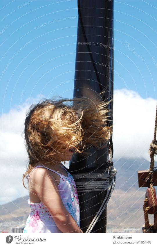 Naturvermummt Kind Wasser Mädchen Himmel Freude Ferien & Urlaub & Reisen Ferne Haare & Frisuren Luft blond klein Wind frei Ausflug frisch Fröhlichkeit