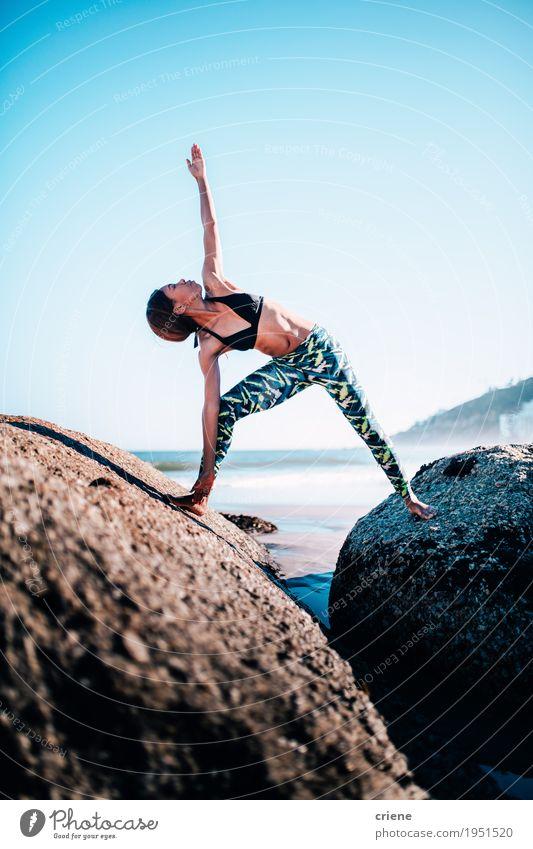 Frauen, die morgens Yoga auf Felsen am Strand tun Jugendliche blau Sommer Junge Frau schön Erholung Erwachsene Leben Lifestyle Sport Gesundheit feminin Sand