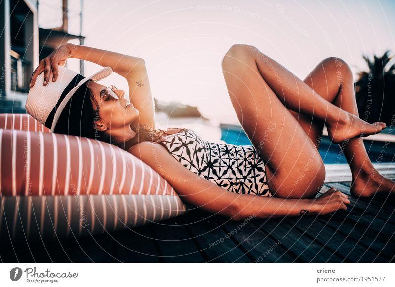 Junges weibliches erwachsenes Legen entspannt am Swimmingpool Frau Ferien & Urlaub & Reisen Jugendliche Sommer Junge Frau Erotik Erholung Freude Erwachsene