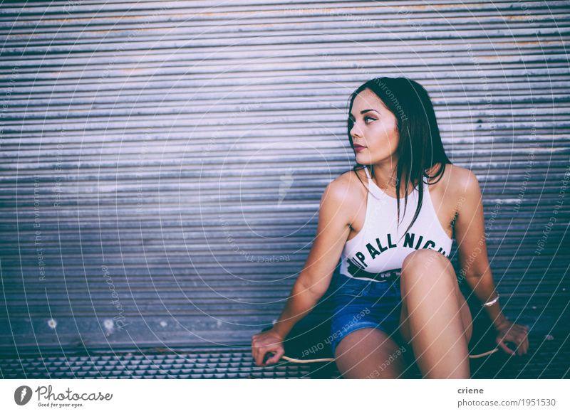 Junge kaukasische Frauen, die auf Skateboard in der Straße sitzen Lifestyle Freude Erholung Freizeit & Hobby Sport feminin Junge Frau Jugendliche Erwachsene 1