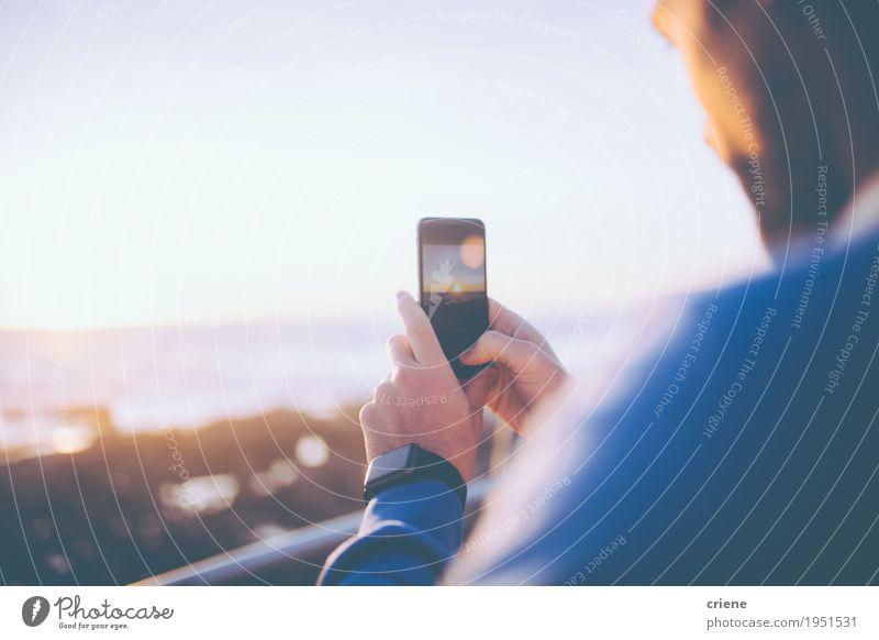 Bemannen Sie das Machen des Fotos des Sonnenuntergangs mit seinem intelligenten Telefon Lifestyle Meer Wellen Handy PDA Fotokamera Technik & Technologie