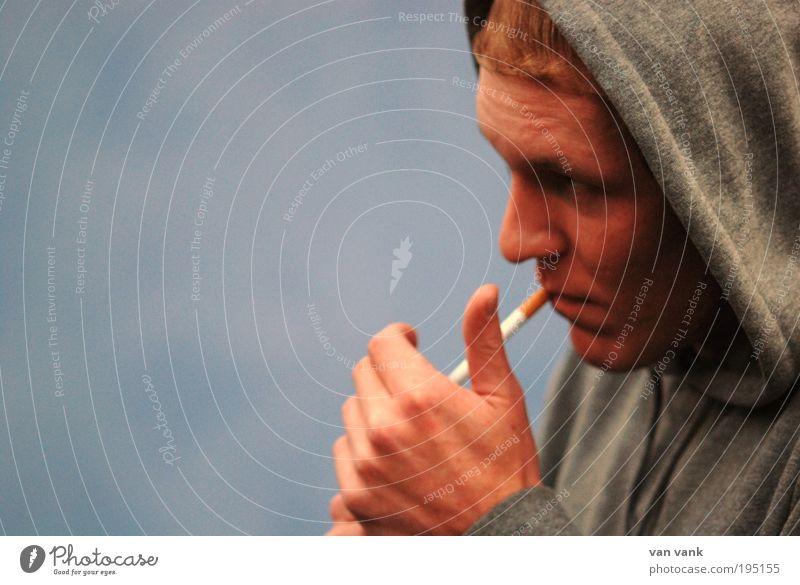 ich rauche, na und?! Mensch Jugendliche blau Gefühle grau Erwachsene Haare & Frisuren Stil Stimmung maskulin Lifestyle Bekleidung Coolness Stoff Locken 18-30 Jahre