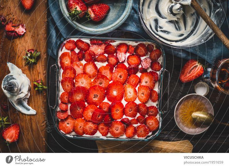 Erdbeeren Kuchen Zubereitung Lebensmittel Frucht Dessert Süßwaren Ernährung Festessen Geschirr Stil Design Häusliches Leben Tisch Küche gelb Foodfotografie
