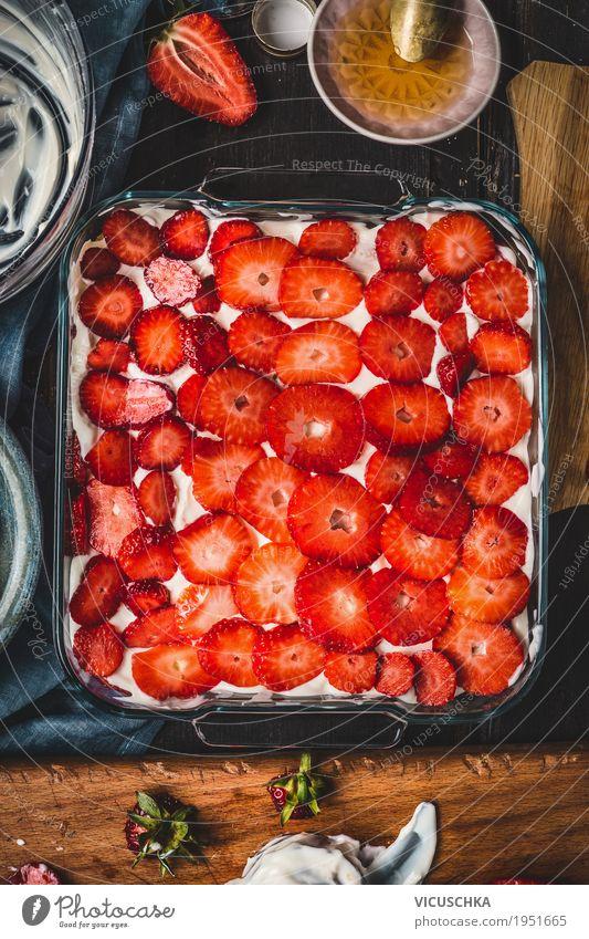 Frische Erdbeeren Kuchen Lebensmittel Frucht Dessert Ernährung Geschirr Stil Design Sommer Tisch Küche Speise Foodfotografie rustikal Essen Sahne Joghurt