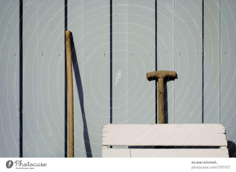 holz, holz, holz und holz. blau Haus Wand Holz grau Garten Mauer Linie Fassade natürlich Stuhl einfach Schönes Wetter Gelassenheit Werkzeug
